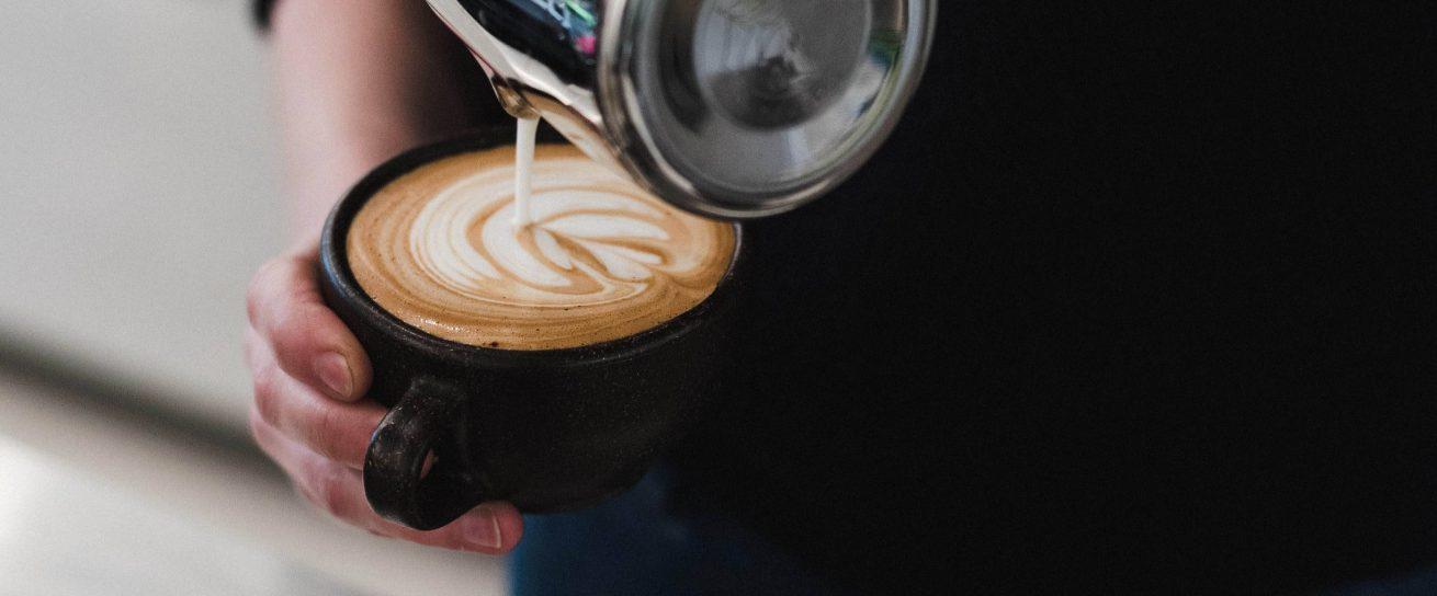 Kaffee in nachhaltigen Kaffeetassen aus Kaffeesatz